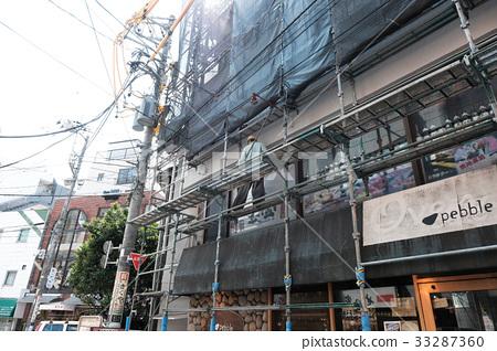 시모키타자와의 빌딩 비계 공사를하는 남성 33287360