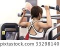 接受重量训练指示的少妇在健身房 33298140