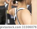 接受重量训练指示的少妇在健身房 33306076
