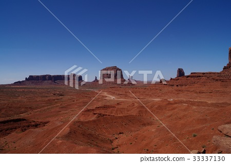 Monument Valley Mesa and Bute 33337130