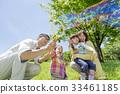 신록의 공원에서 노는 4 인 가족 33461185