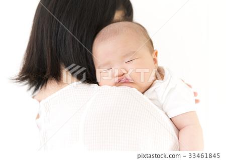 어머니 품에 안겨 잠든 아기 33461845