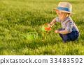 เด็กเล็ก,สนามหญ้า,บัวรดน้ำ 33483592