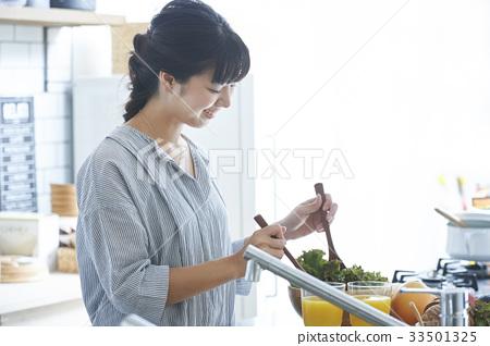 站立在廚房裡的婦女 33501325