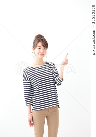 一名年輕女子(指著) 33530359