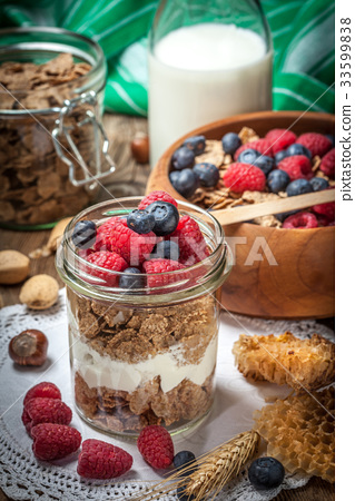 Tasty breakfast with cereal and frut. 33599838