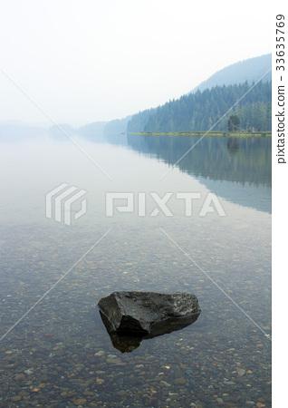 환상적인 안개 낀 호수의 얕은 물 33635769
