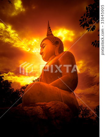 Big Buddha and light 33645005