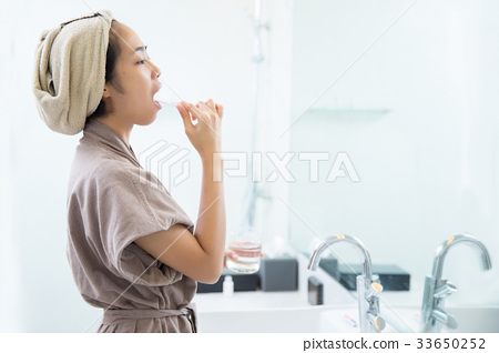 Asian women are brushing teeth in the morning  33650252
