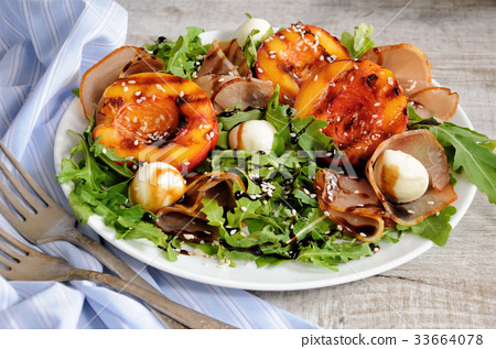 Salad of ham, nectarine and mozzarella 33664078