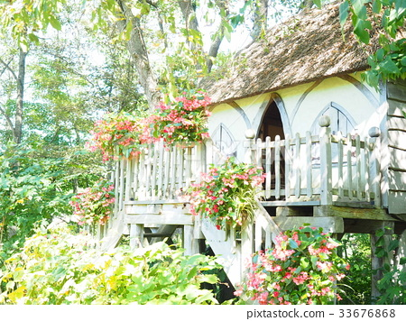 Treehouse In English Garden Stock Photo 33676868 Pixta