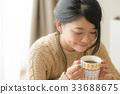 穿針織品飲用的可可粉的婦女 33688675