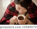 穿針織品飲用的可可粉的婦女 33689079