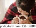 穿針織品飲用的可可粉的婦女 33689080
