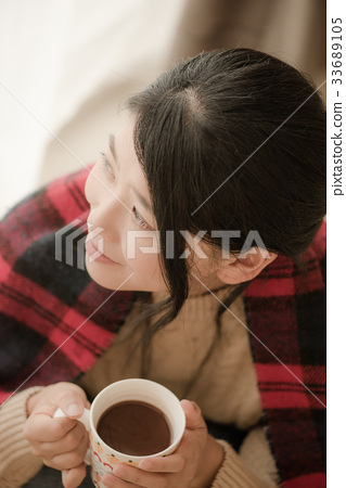 穿針織品飲用的可可粉的婦女 33689105