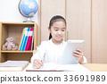 タブレットを使い勉強する女の子 小学生 33691989