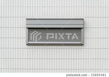 주택의 작은 창문과 작은 방범 셔터 창 33695481