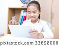 タブレットを使い勉強する女の子 小学生 33698006
