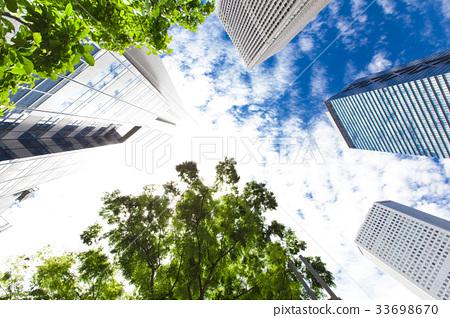 오피스 거리의 고층 빌딩과 녹색 33698670