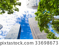 오피스 거리의 고층 빌딩과 녹색 33698673