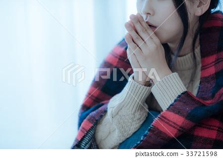 穿著一個編織用冷的手的日本婦女 33721598