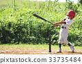 擊球的棒球男孩(小學生),當採取早晨太陽時 33735484