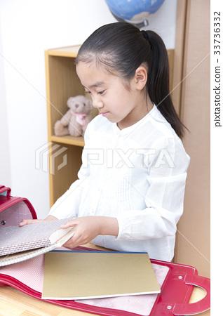 학교에 갈 준비를하는 여자 초등학생 33736332