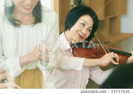 Senior music circle 33737636