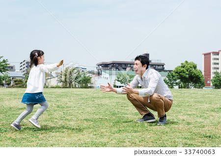 出去公园的家庭 33740063