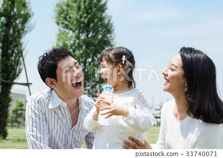 ครอบครัวกำลังออกไปสวนสาธารณะ 33740071