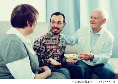 Grandparents and grandson talk 33753314