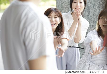 뒤쫓아를하는 여성 팬 33779584