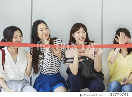 이벤트에 참여하는 여성 33779741