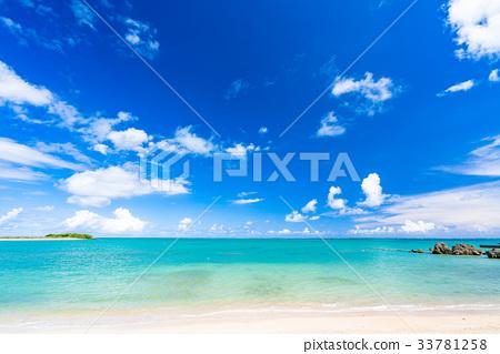 << Okinawa Prefecture >> Beautiful sea of emerald green 33781258