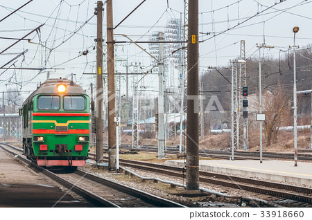 Green diesel locomotive 33918660