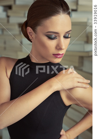 Elegant latin women dancer 33919016