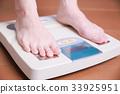 체중계를 타는 여성 33925951