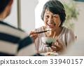식사를하는 일본인 수석 부부 33940157