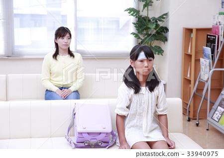 等待身體檢查的小學女孩和婦女在候診室 33940975