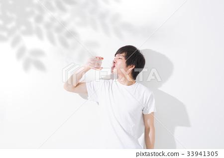 물을 마시는 젊은 남성 야외 33941305