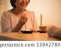 吃日本甜點的資深婦女 33942780