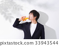 맥주를 마시 남성 복사 공간 33943544