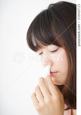 流鼻血的年輕女子 33949715