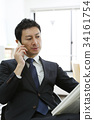 사무실에서 일을하는 중간 사업가 34161754