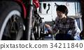 老年人和妇女修理自行车 34211840