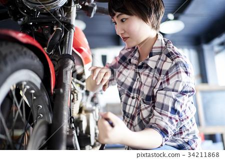 修理自行車的婦女 34211868