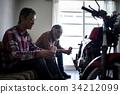 看自行车的老人 34212099