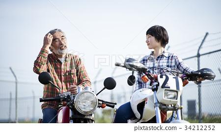 老年人和婦女騎自行車 34212252