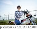 バイクにまたがる女性 34212300