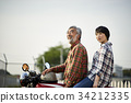 老年人和婦女騎自行車 34212335